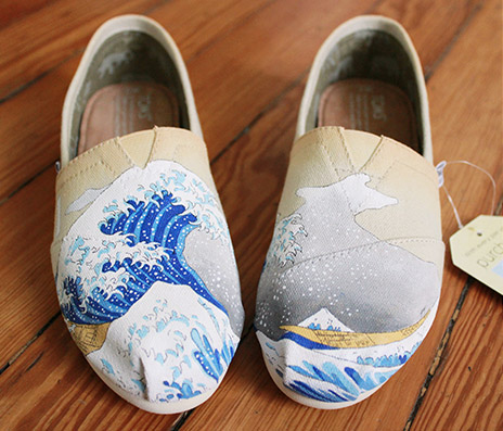 Front view of Tom's shoe (featuring 'The Great Wave off Kanagawa' inspired artwork)